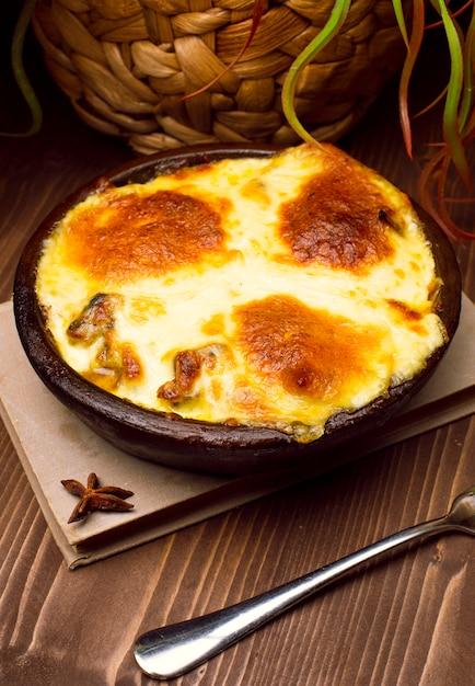 Colazione salutare. lasagna, o casseruola, o una torta di carne al forno con formaggio fuso in alto Foto Gratuite
