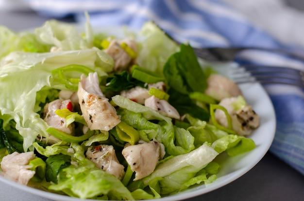 Colazione sana o pranzo insalata di verdure fresche di lattuga iceberg, porro e petto di pollo. Foto Premium