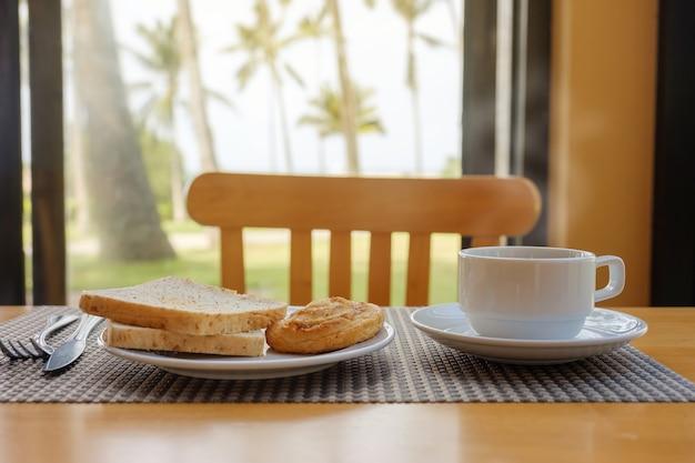 Colazione sul tavolo Foto Premium