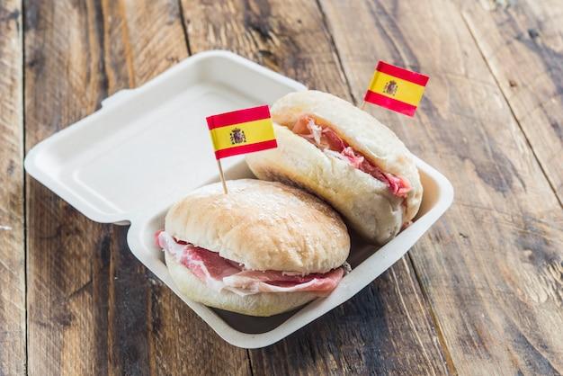 Colazione tipica spagnola con pane e prosciutto serrano Foto Premium