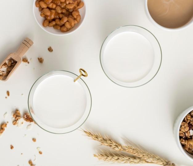 Colazione vista dall'alto con latte biologico Foto Gratuite