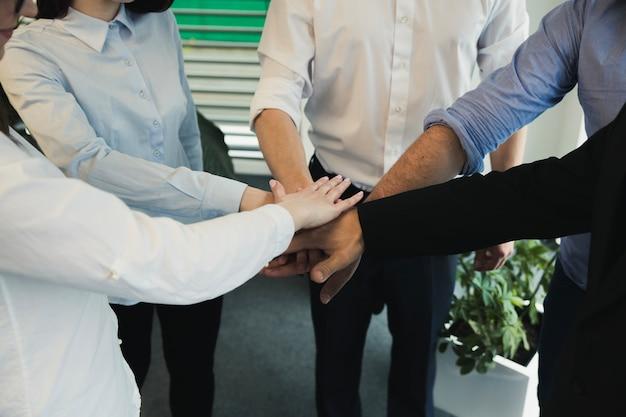 Collaboratori che impilano le mani Foto Gratuite