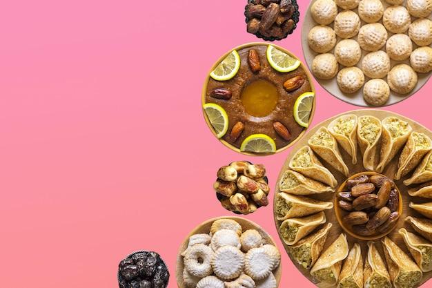Collage festivo con vari piatti dolci della cucina araba. copia spazio per il testo Foto Premium