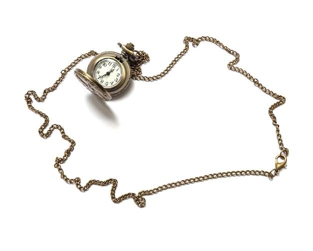 Collana d'ottone dell'orologio del primo piano isolata su bianco Foto Premium
