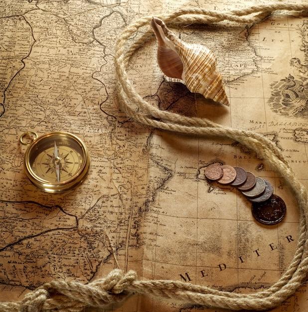 Collana di orologi d'epoca sulla vecchia mappa del mondo Foto Premium