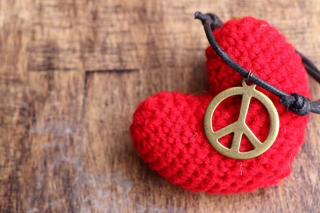 Collana in pelle simbolo della pace Foto Premium