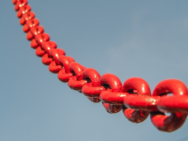Collegamento a catena rosso nel cielo. Foto Premium