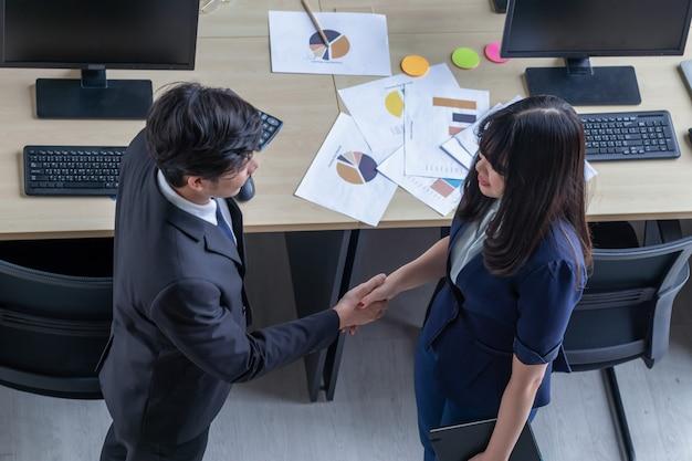 Collegamento di relazioni d'affari con giovani donne Foto Premium