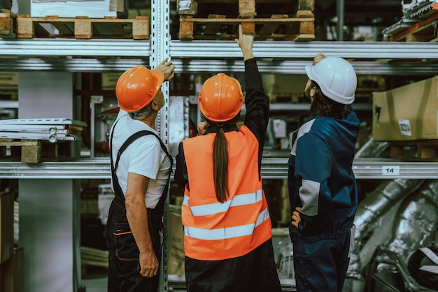 Colleghe che stanno insieme. persone al lavoro. Foto Premium