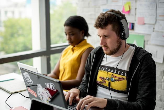 Colleghi che lavorano insieme al computer portatile Foto Premium