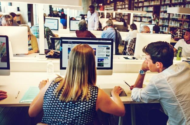 Colleghi che lavorano insieme nel computer dell'ufficio Foto Premium