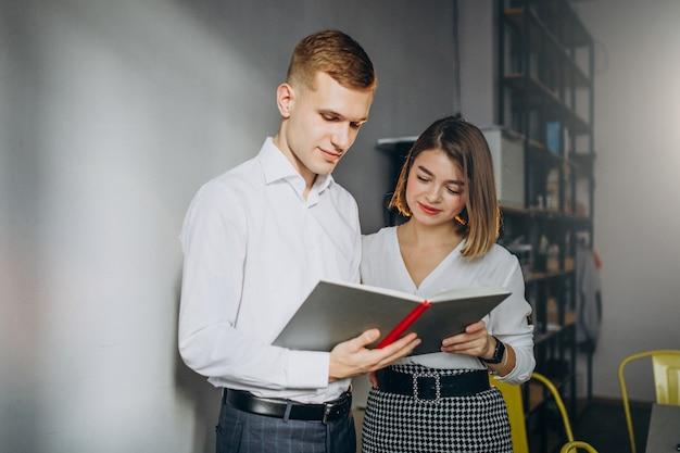 Colleghi di sesso maschile e femminile che lavorano in ufficio Foto Gratuite