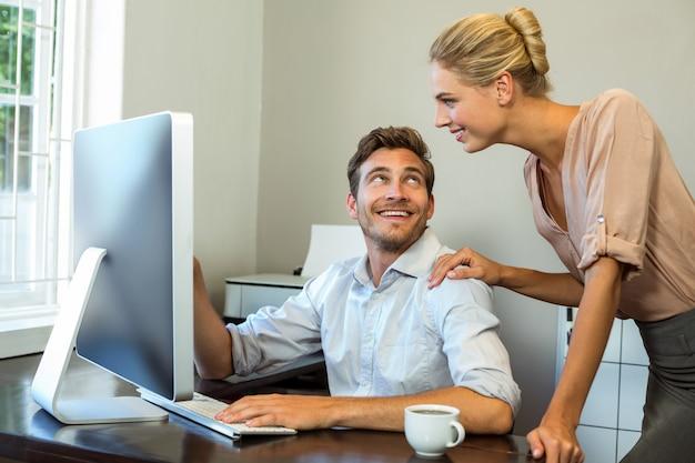 Colleghi felici che discutono all'ufficio Foto Premium