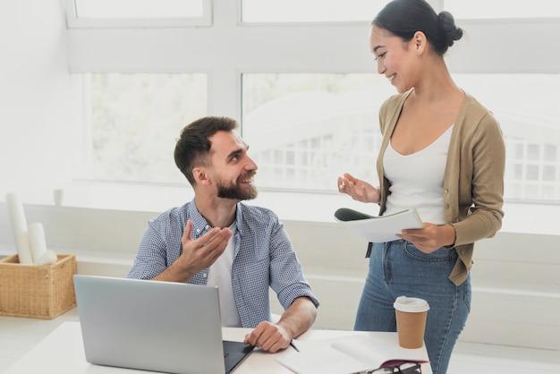 Colleghi in ufficio in pausa caffè Foto Gratuite