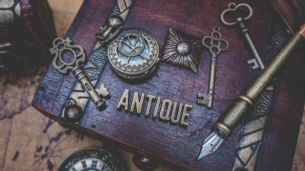 Collezione antica sul tesoro in legno Foto Premium