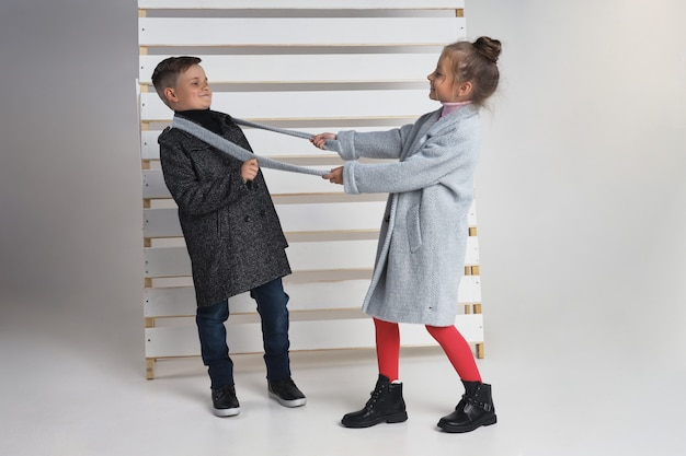 Collezione autunnale di abiti per bambini e ragazzi. giacche e cappotti per il freddo autunnale. i bambini posano Foto Premium