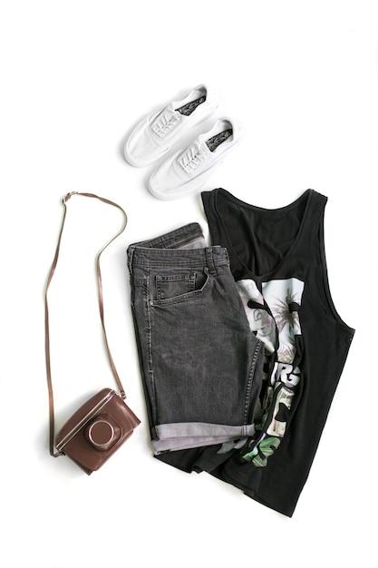 Collezione di abbigliamento maschile su fondo bianco. disteso. vista dall'alto. Foto Premium