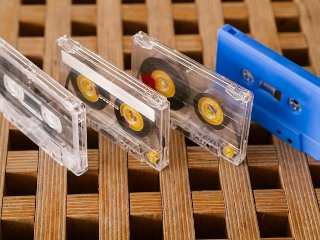 Collezione di cassette disposte in fila Foto Gratuite