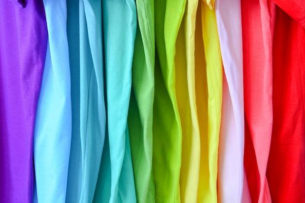 Collezione di magliette colorate arcobaleno per texture di sfondo Foto Premium