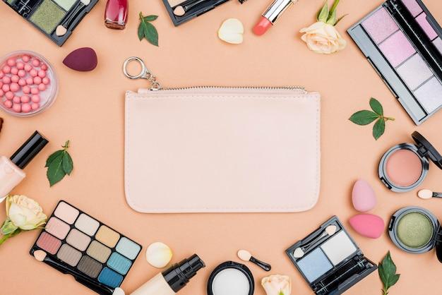 Collezione di prodotti di bellezza vista dall'alto su sfondo beige Foto Gratuite