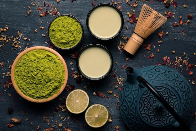 Collezione di tè verde in polvere vista dall'alto accanto alla teiera Foto Gratuite