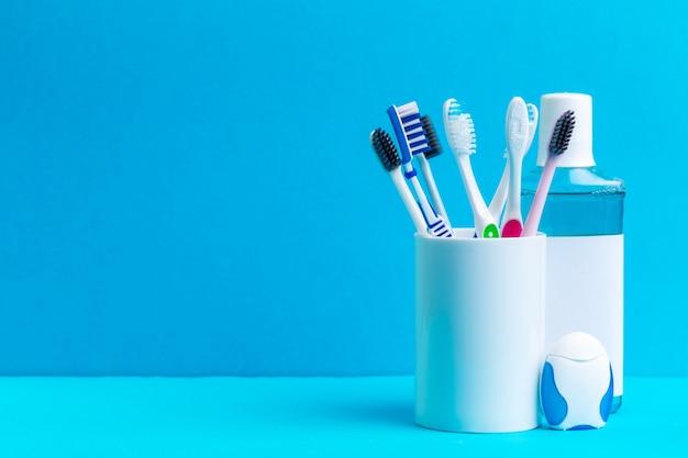 Collutorio e spazzolino da denti per cavità orale di cure sane Foto Premium