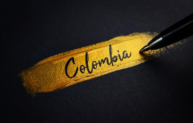 Colombia testo della grafia sul tratto pennello d'oro Foto Premium