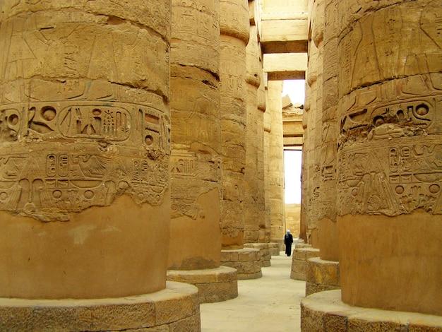 Colonne della grande sala ipostila nel tempio di karnak, luxor, egitto Foto Premium