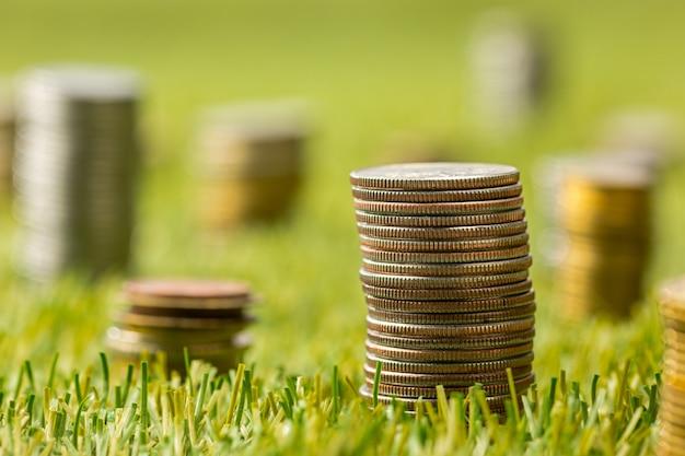 Colonne di monete sull'erba Foto Gratuite