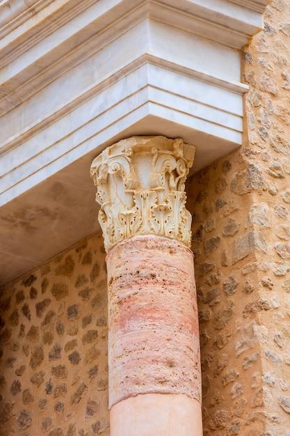 Colonne nell'anfiteatro romano di cartagine spagna Foto Premium