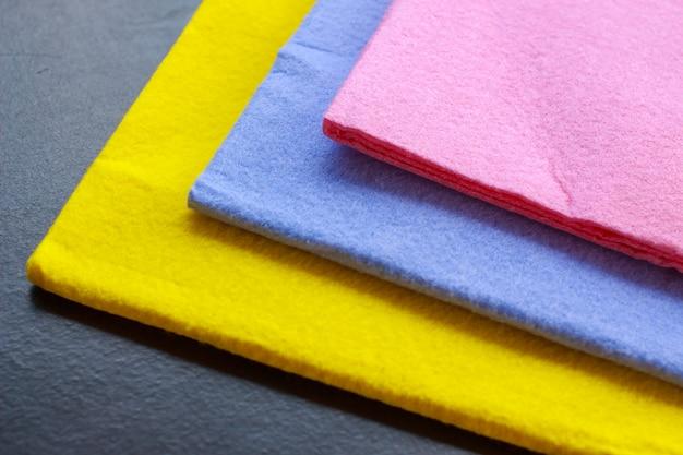 Colorato di panno di camoscio sul tavolo per la pulizia Foto Premium