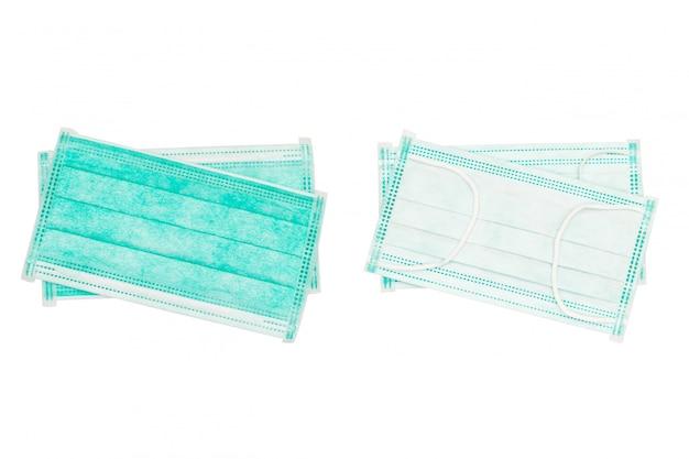 Colore verde protettivo della fasciatura della protezione isolato su bianco, maschera di protezione eliminabile sopra fondo bianco. maschere di protezione protettive chirurgiche mediche con il percorso di ritaglio isolato su ackground bianco. Foto Premium