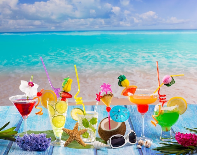 Colorful molti cocktail tropicali in legno blu tropicale Foto Premium
