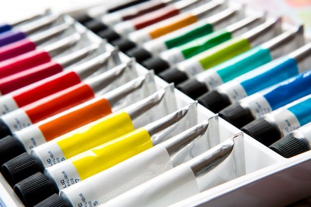 Colori acrilici variopinti in tubi Foto Gratuite