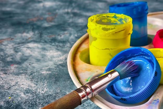 Colori artistici e pennelli, accessori per l'artista Foto Premium