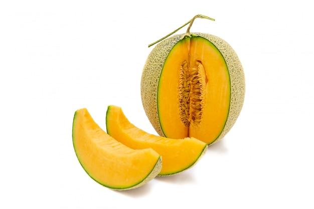 Colori brillanti del melone del primo piano che sono girati e pezzi isolati su fondo bianco. Foto Premium