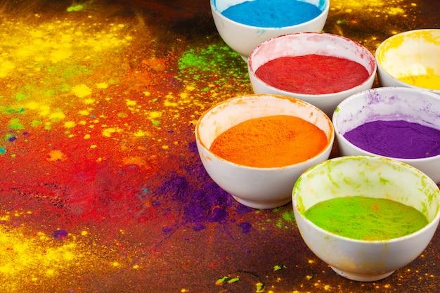 Colori organici in polvere in una ciotola per il festival holi Foto Premium