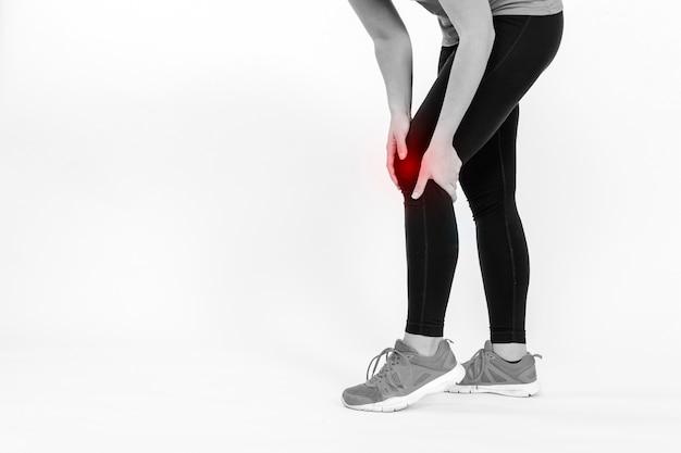Colpa sportiva commovente che tocca il ginocchio doloroso Foto Gratuite