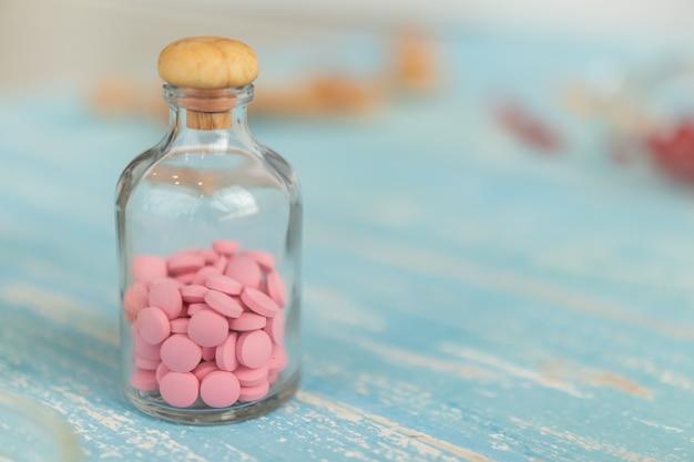 Colpi del primo piano delle bottiglie della medicina o della vitamina Foto Premium