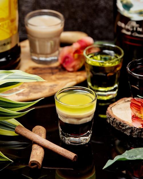 Colpi di cocktail con cannella sul tavolo Foto Gratuite
