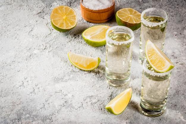Colpi di tequila con lime e sale marino Foto Premium