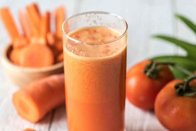 Colpo a macroistruzione di juic della carota fresca Foto Gratuite