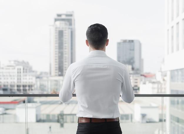 Colpo alla moda dell'uomo d'affari indietro Foto Gratuite