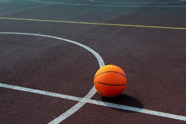 Colpo alto angolo della palla di pallacanestro Foto Gratuite