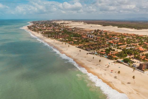 Colpo alto angolo della spiaggia e dell'oceano nel nord del brasile, ceará, fortaleza / cumbuco / parnaiba Foto Gratuite