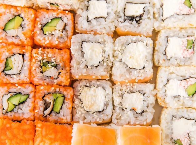 Colpo alto vicino di estremo dei rotoli di sushi Foto Gratuite