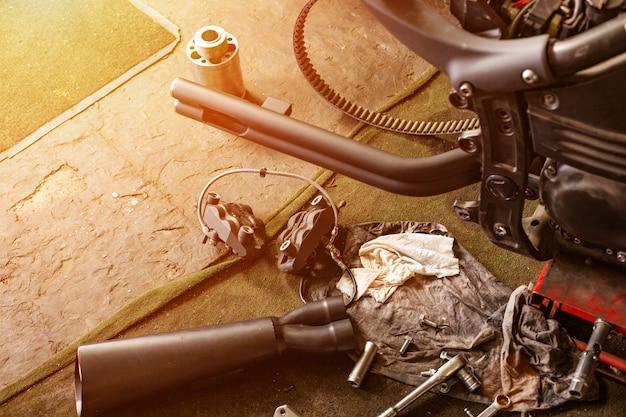 Colpo alto vicino potato di bello e motociclo su misura nell'officina Foto Premium