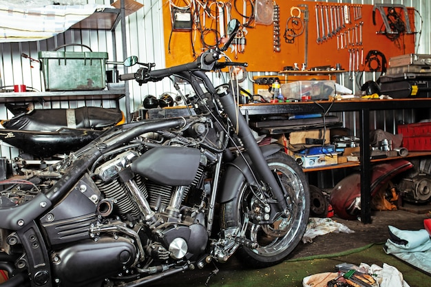 Colpo alto vicino potato di motocicletta bella e su misura nell'officina Foto Premium