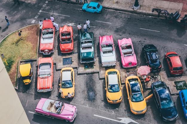 Colpo ambientale delle automobili assortite nei colori differenti in un parcheggio Foto Gratuite