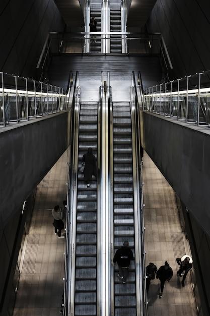 Colpo ambientale di una scala mobile ad una stazione ferroviaria Foto Gratuite